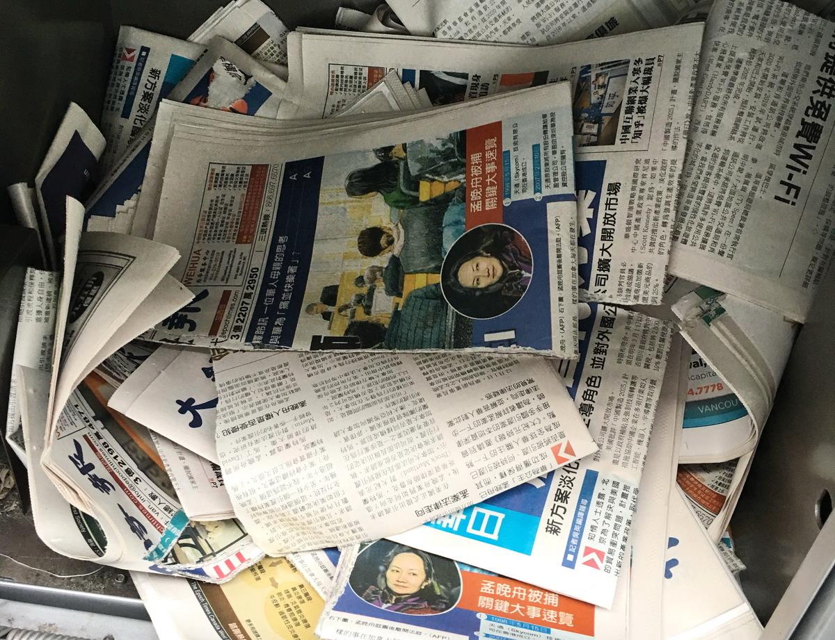 報道孟晚舟真相,觸及中共痛處。大溫哥華地區列治文市的Lansdowne和Aberdeen天車站,中文大紀元報紙多次被撕毀,並丟棄在報箱中。圖為2018年12月17日,中文大紀元報紙被撕毀並丟棄在報箱中。(大紀元資料圖片)
