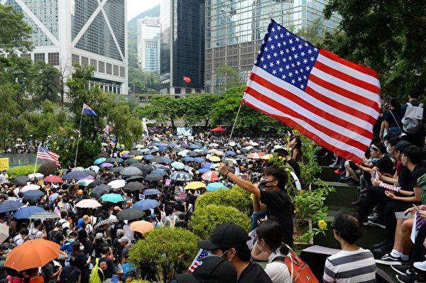 美國參議院日前通過香港人權法案。中共強烈反彈,稱「干涉中國內政」。那麼,這個法案對香港有何影響?法案是否干涉了中國內政?香港下一步將怎樣走向?圖為香港民眾聚集在遮打花園。(宋碧龍/大紀元)
