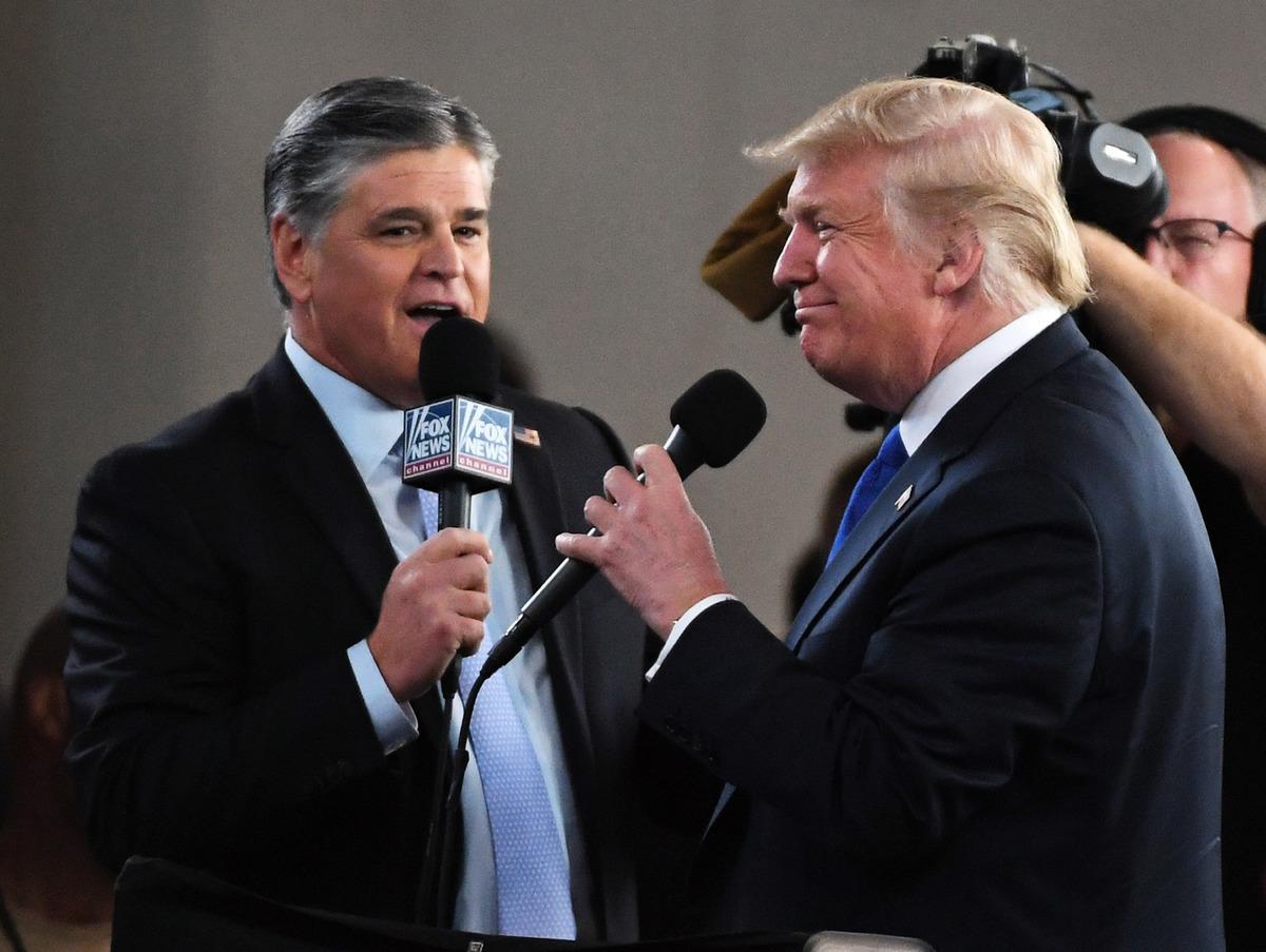 霍士新聞頻道和廣播脫口秀節目主持人肖恩·漢尼提(左)在拉斯維加斯會議中心採訪美國總統唐納德·特朗普。(Ethan Miller/Getty Images)