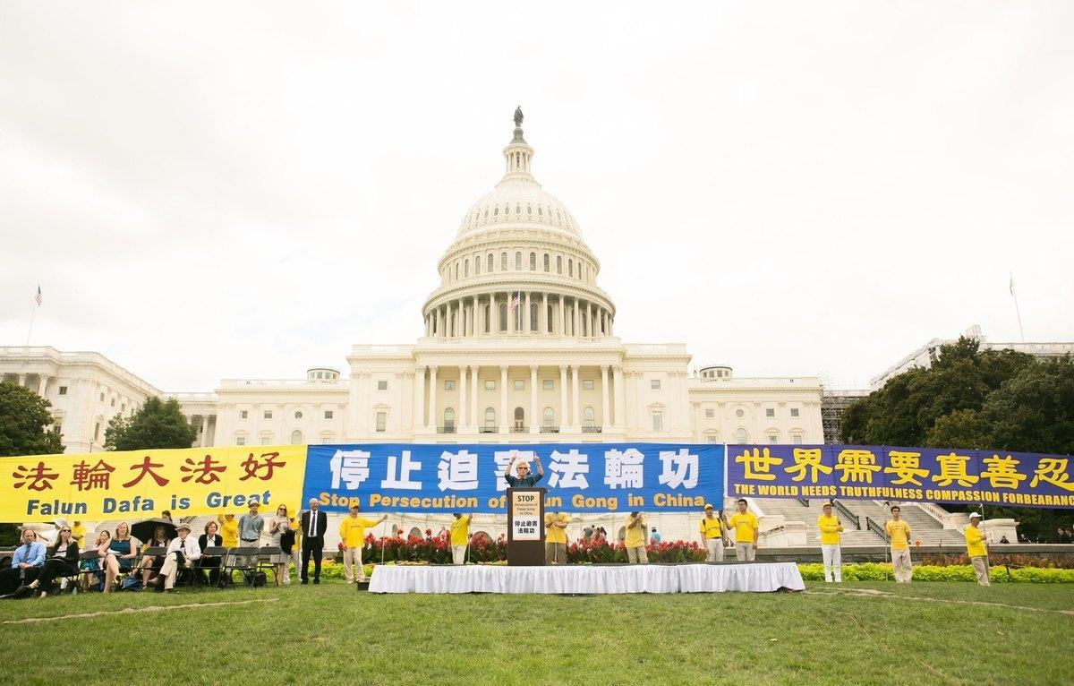 2019年7月18日,法輪功學員在美國首都集會,呼籲制止中共對法輪功長達20年的迫害。(明慧網)