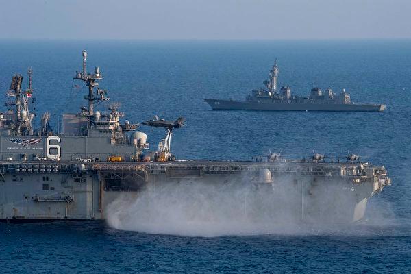 22020年4月9日至11日,一架F-35B戰機在兩棲攻擊艦美利堅號(LHA 6)上降落,該艦與日本海上自衛隊驅逐艦曙光號(DD 108)在東海共同演練。羅斯福號航母染疫後撤關島,中共遼寧號航母忽然出動,美利堅號兩棲攻擊艦更多承擔了輕航母的角色。(美國印太司令部)
