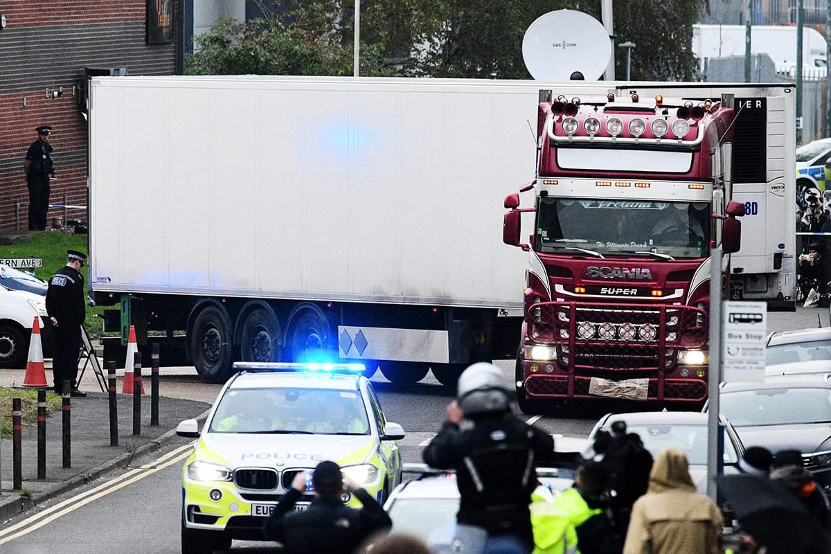 英國貨車39屍案的牽引車司機,北愛爾蘭男子莫里斯·羅賓遜(Maurice Robinson)2019年10月28日在英國切姆斯福德裁判法院通過影片連線出庭,他被控過失殺人罪,共謀交通罪, 協助非法移民和洗錢罪等39項罪名。圖為案發現場。(Leon Neal/Getty Images)