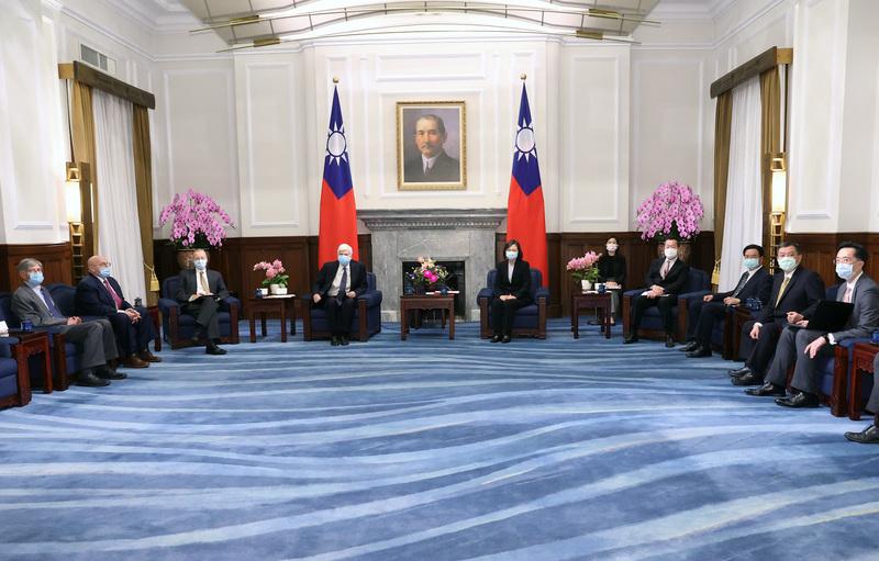 中華民國總統蔡英文(左5)2021年4月15日在總統府接見美國總統拜登(Joe Biden)上任後第一次派遣摯友、前參議員陶德(Chris Dodd)(左4)率團訪問台灣,成員包括分別在小布殊總統(George W. Bush)、奧巴馬(Barack Obama)總統任內擔任副國務卿的阿米塔吉(Richard Armitage)(左2)和史坦柏格(James Steinberg)(左)。(中央社)