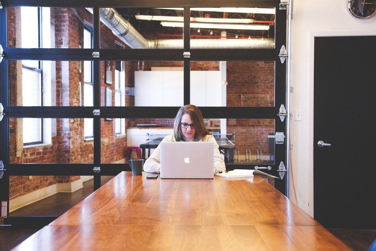 一位女士正在室內使用電腦。(StartupStockPhotos from Pixabay)