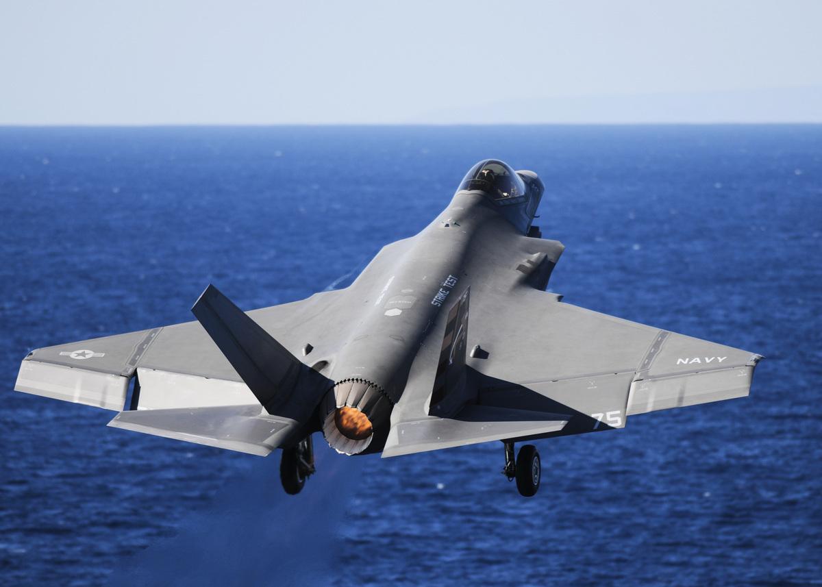 美國海軍最新F-35C隱形戰鬥機在尼米茲級航空母艦上進行了一系列測試,包括空中機動、武器整合、航母起降和其它模擬戰爭行動。(MCS Eli K.Buguey/US NAVY/AFP)