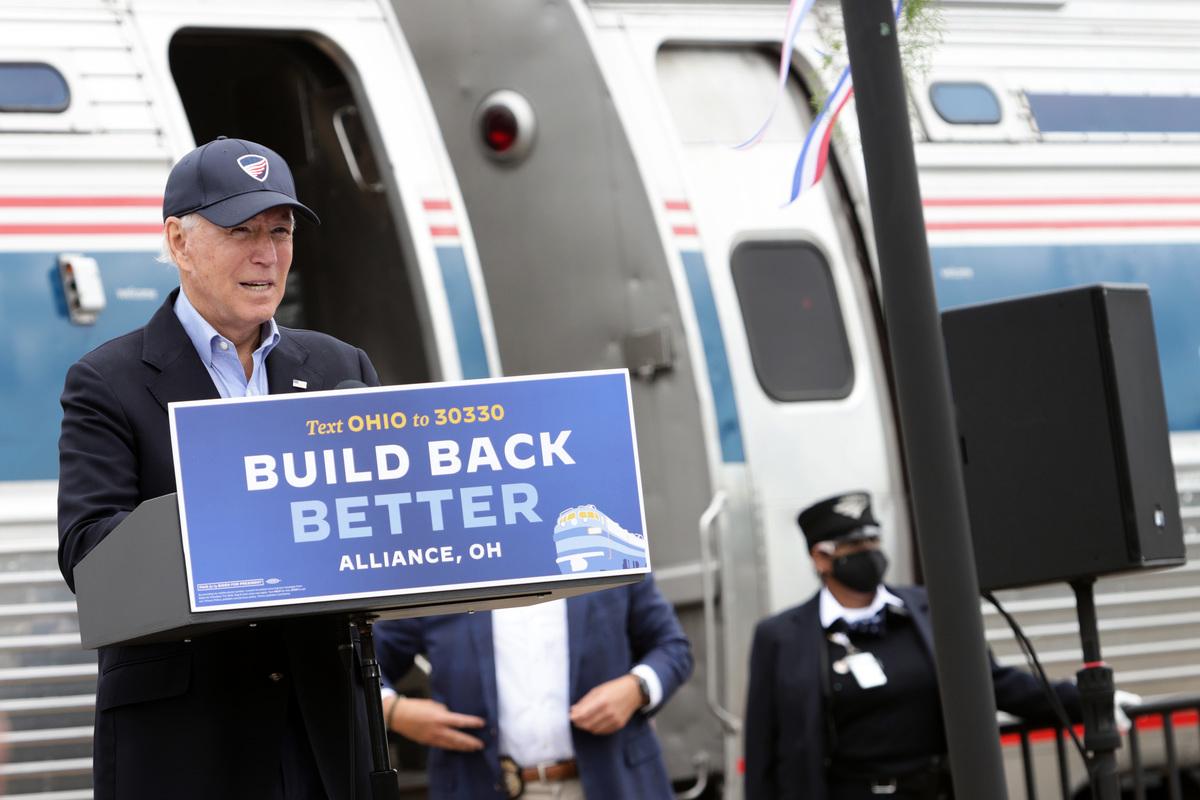 2020年9月30日,民主黨總統候選人祖拜登在俄亥俄州聯盟市(Alliance)的美國鐵路公司(Amtrak)聯盟火車站發表演講。(Alex Wong/Getty Images)