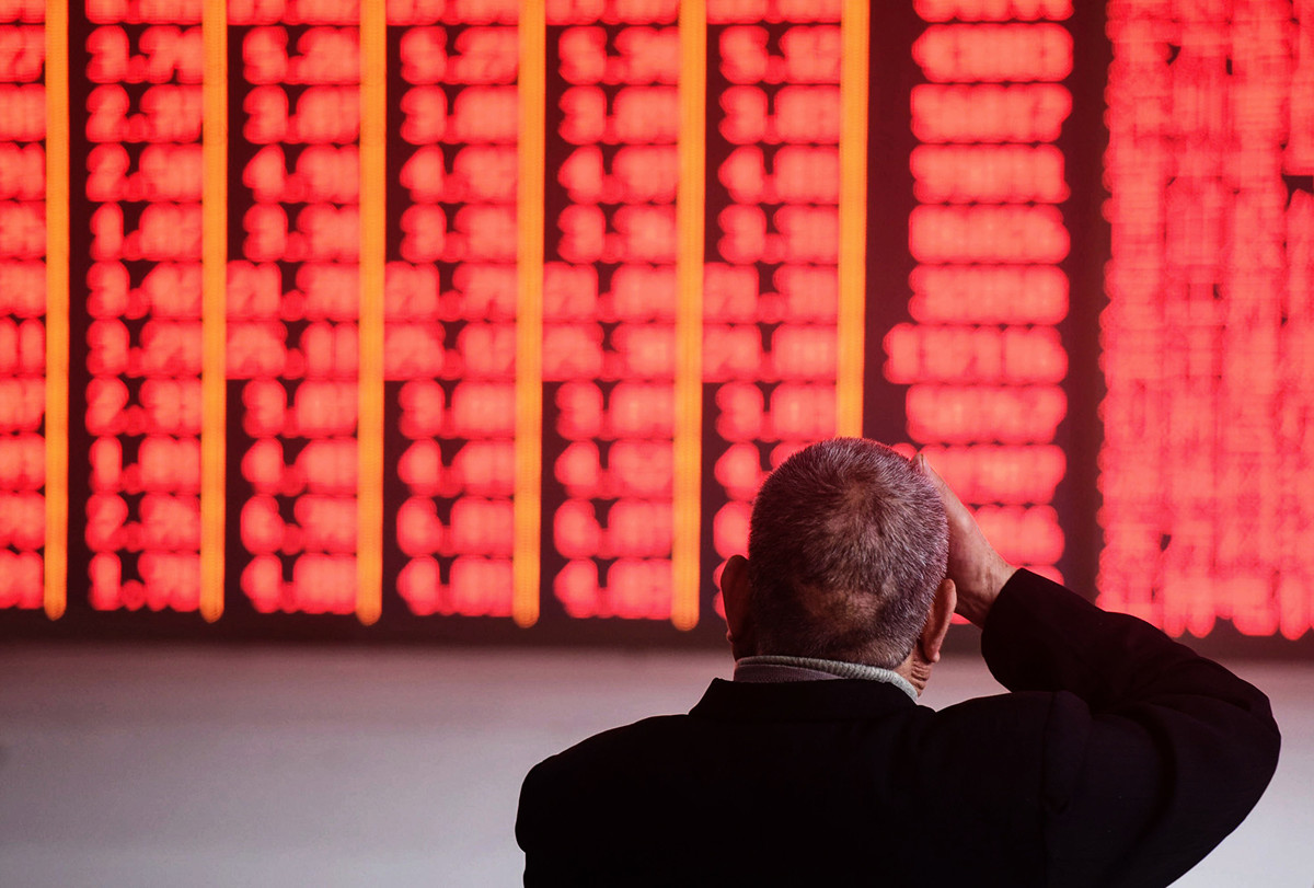 在中國經濟增長趨緩等原因的影響下,投資者從中國股市大量撤出資金。圖為2018年12月3日,浙江省一家證券公司的投資者在看股市的情況。(STR/AFP/Getty Images)