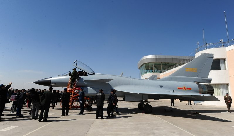 中國「殲20」高科技匿蹤戰機最近曝光,其目的是用來欺騙中國民眾,掩蓋自己的虛弱,維護搖搖欲墜的政權。圖為在天津展覽的中國戰機殲10。(FREDERIC J. BROWN/AFP/Getty Images)