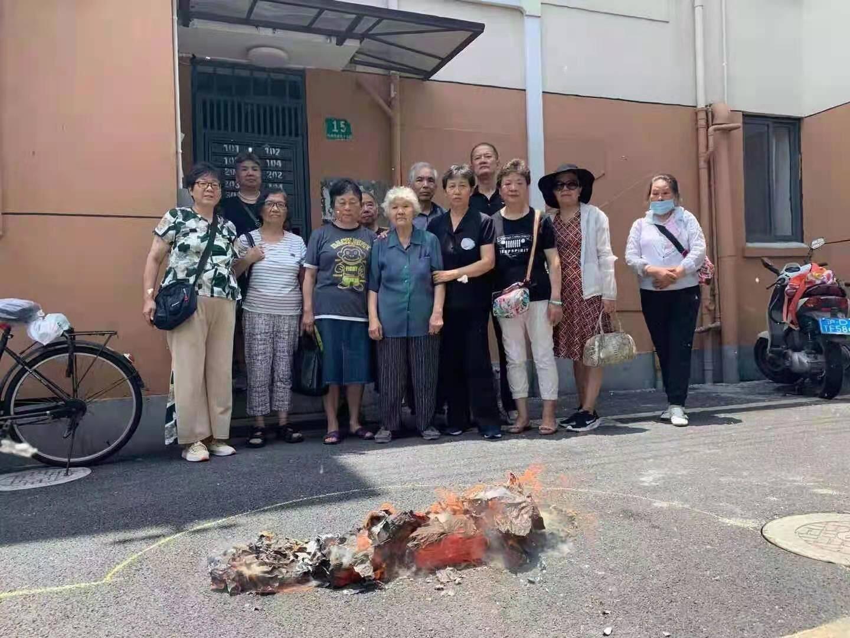 2021年7月1日,上海訪民張小秋等人祭奠維權人士陳小明,在餐廳吃飯後被警方帶走。(受訪者提供)