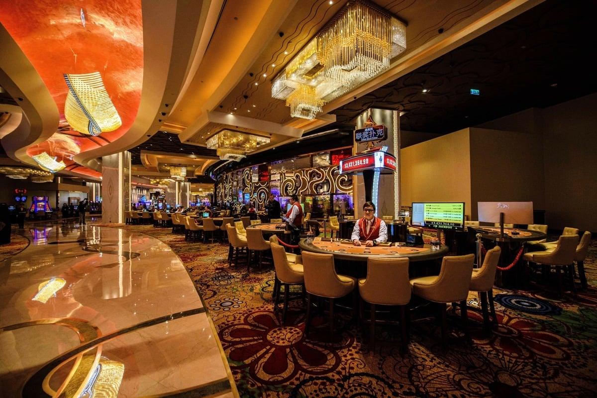 澳門六張賭場牌照將於2022年6月到期,中共修法加強監管跨境洗錢,多家博彩業者股價持續下跌。圖為美高梅賭場。(ANTHONY WALLACE/AFP via Getty Imag)