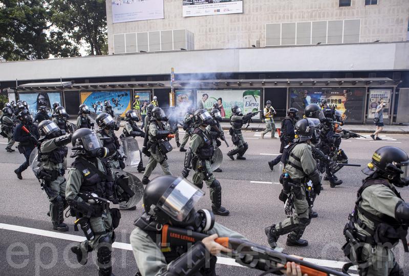 10月1日,港人自發集會遊行,抗議暴政。圖為警察清場。(余鋼/大紀元)