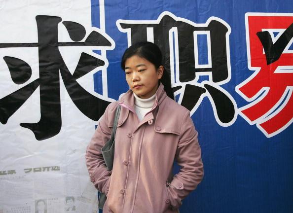 中國大學生就業難已不再是新聞,高校的就業率都是造假,冷山介紹說,學生不簽「就業協議」就不發畢業證。(Getty Images)