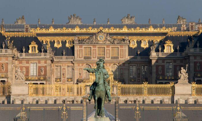 凡爾賽宮原址為一座狩獵小屋,後來成了皇家居所,自19世紀後又成了博物館。裏面共有2300間房間。(Thomas Garnier/Chateau de Versailles,凡爾賽宮提供)