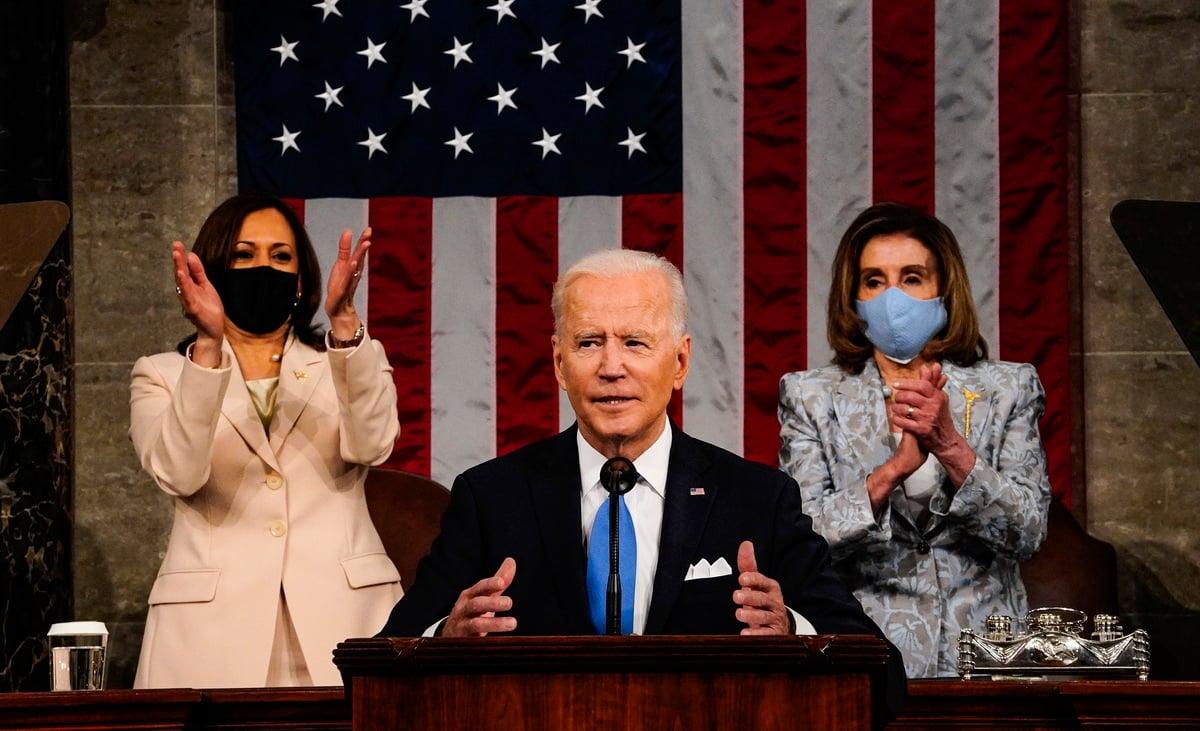 美國總統拜登2021年4月28日在參眾兩院聯席會議上發表上任以來的首次演說。(Melina Mara-Pool/Getty Images)