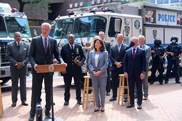 紐約市長白思豪和紐約州長霍楚、紐約市警局於9月10日召開安全簡報會。(黃小堂/大紀元)
