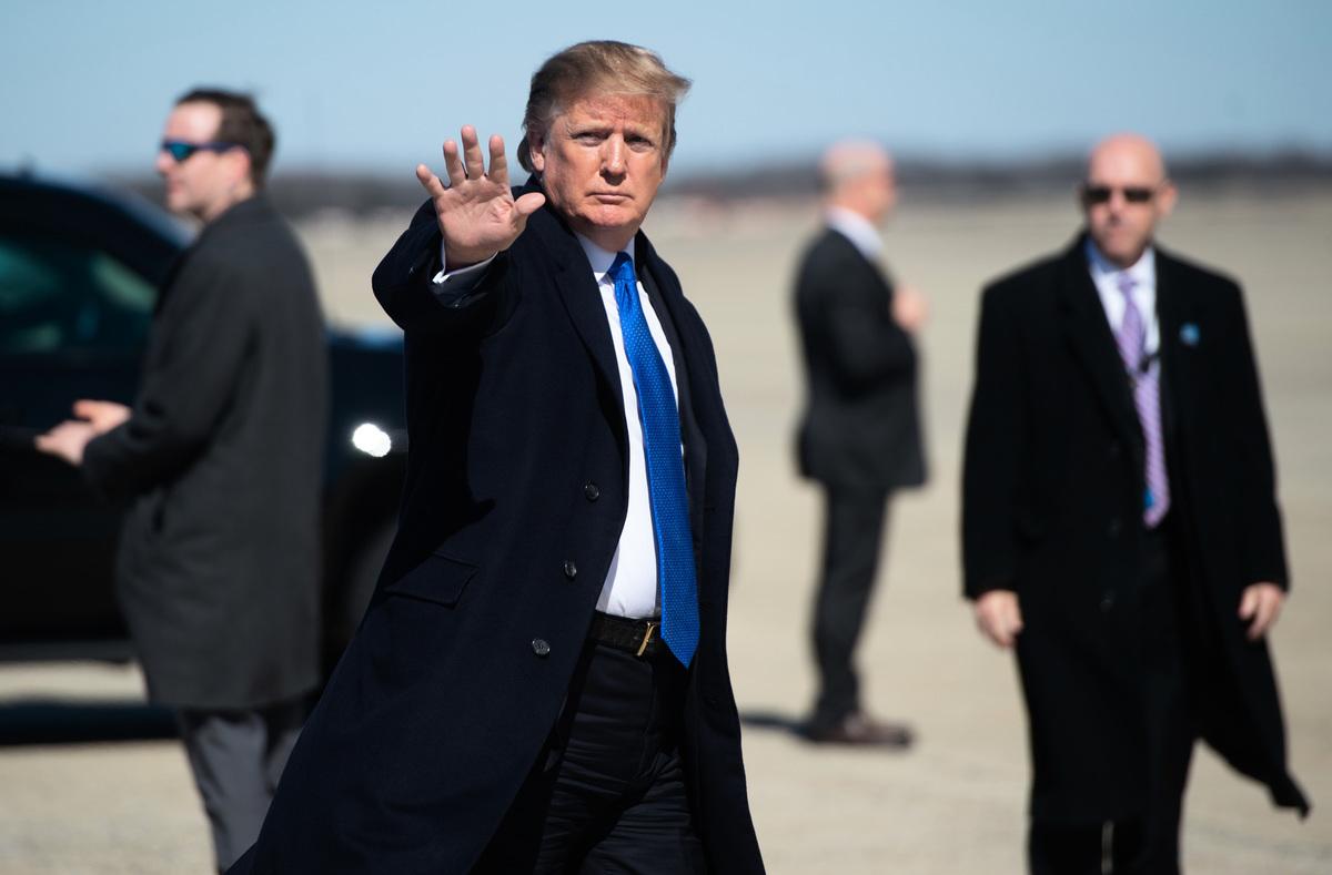 中美官員本周恢復最新一輪高層貿易會談,特朗普總統的首席貿易談判代表羅伯特·萊特希澤(Robert Lighthizer)和財政部長史蒂芬·姆欽(Steven Mnuchin)將於周四和周五在北京繼續談判。特朗普周二表示,不是「極好的協議」不接受。(SAUL LOEB/AFP)