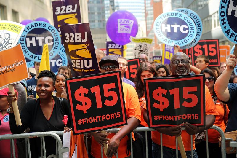 紐約部份工會代表及活動人士2016年7月22日遊行,要求增加時薪至15美元。(Spencer Platt/Getty Images)