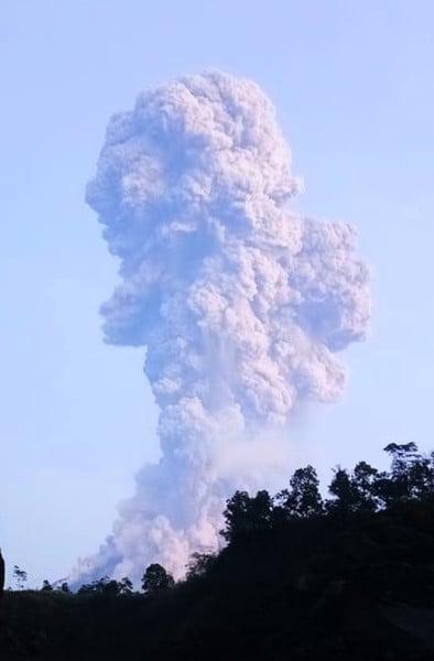 印尼默拉皮火山噴發 火山灰竄至六千米高空