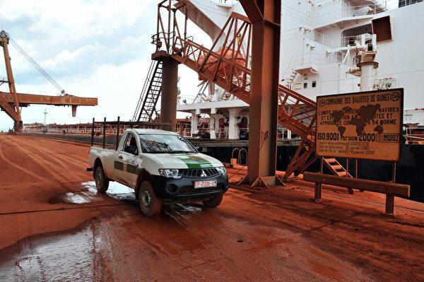 畿內亞礦石產量豐富,圖為首都科納克里附近的鋁礦港口。(GEORGES GOBET/AFP via Getty Images)