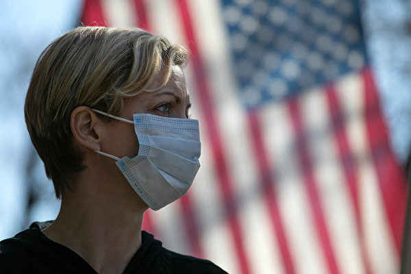2020年3月18日,一名女子在紐約州,新羅謝爾市社區中心前面。(John Moore/Getty Images)