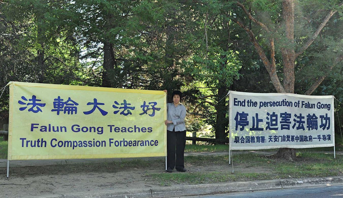 在澳洲首都坎培拉,越南裔法輪功學員金(Kim)常年堅持每天清晨在中領館對面展開法輪功真相橫幅。(明慧網)