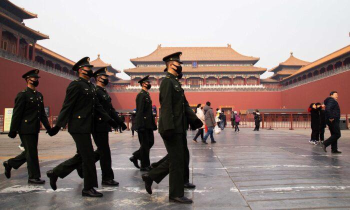 2020年1月26日中國北京,中共公安在故宮博物院封閉的入口前行走。(Betsy Joles/Getty Images)