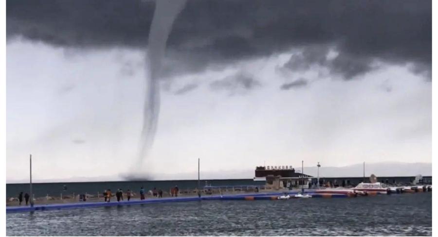 青海湖出現「龍吸水」奇觀 網民:太震撼了