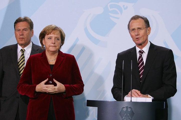 2020年7月17日,德國經濟「五賢人」前主席呂魯普教授(Bert Rurup)在媒體《商報》上發表評論文章,認為歐洲除了對中共的施壓還擊之外,別無選擇。圖為2007年11月呂魯普教授(右一)在柏林講話。左為總理默克爾。(Andreas Rentz/Getty Images)