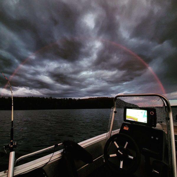 漁夫在芬蘭湖上捕捉到罕見的紅色彩虹