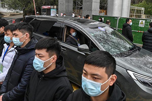 2月1日,世衛專家小組,離開湖北省疾病預防控制中心。(HECTOR RETAMAL/AFP via Getty Images)