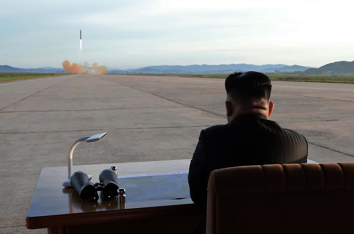 金正恩在看導彈試射。(STR/AFP/Getty Images)
