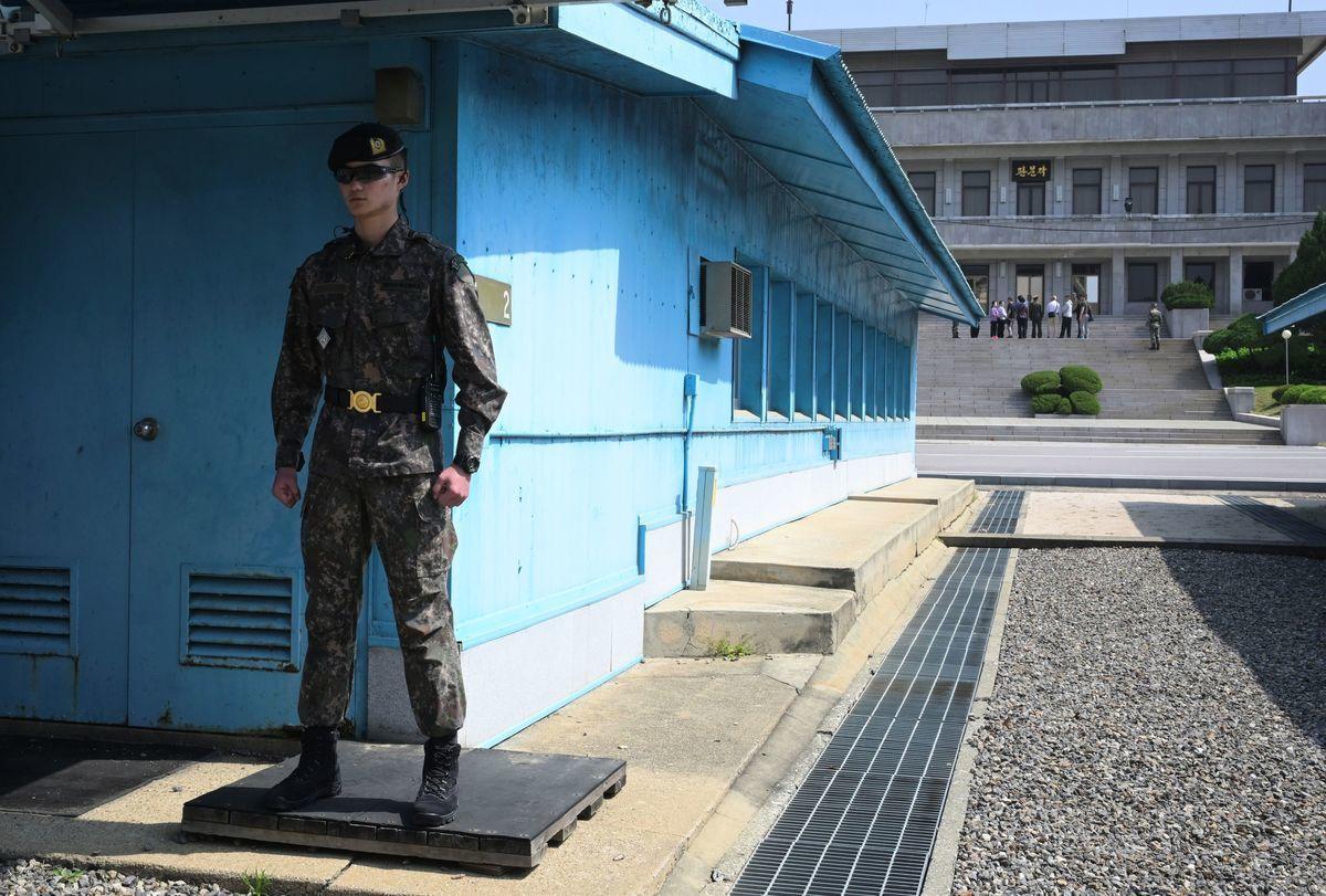 北韓在平壤當地時間周六(5月4日)上午9點發射數枚不明飛行物體(UFO)後,美國總統特朗普發推文說,他相信北韓領導人金正恩不會食言,美朝仍有可能達成無核化協議。圖為板門店。(Jung Yeon-je / AFP)