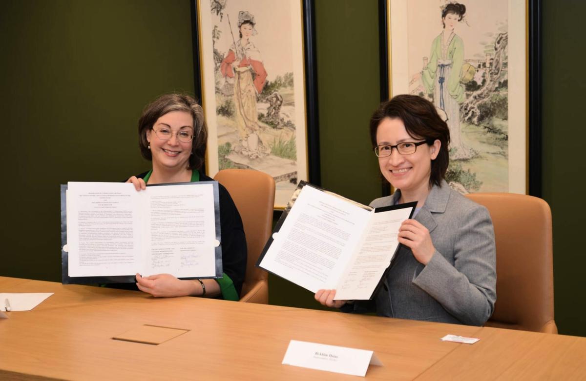 美國在台協會(AIT)執行理事藍鶯(Ingrid Larson,左)和駐美代表蕭美琴(右)25日於AIT大樓內簽署海巡合作備忘錄。(駐美代表處提供)