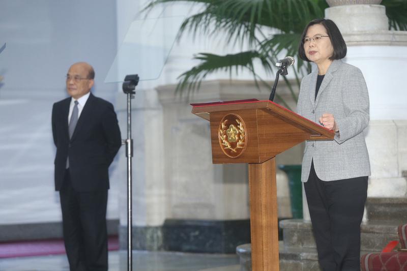 中華民國總統蔡英文(右)4月1日在總統府敞廳針對中共肺炎防疫和因應發表談話,行政院長蘇貞昌(左)也出席記者會。(中央社)