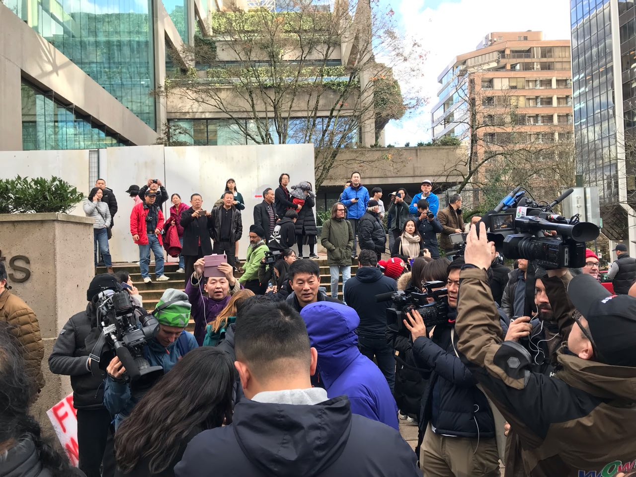 2018年12月10日,孟晚舟的保釋聆訊在加拿大卑詩高院進行,中午休庭時,一些參加旁聽的人在卑詩高院外。(唐風/大紀元)