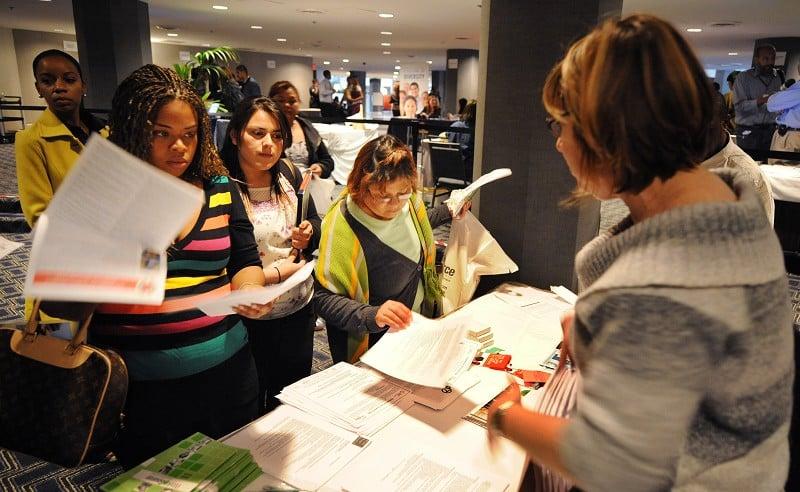 美國申請失業救濟的人數在12月初出現大幅下降,接近49年來的最低水平。圖為洛杉磯的一個就業招聘會。(法新社)