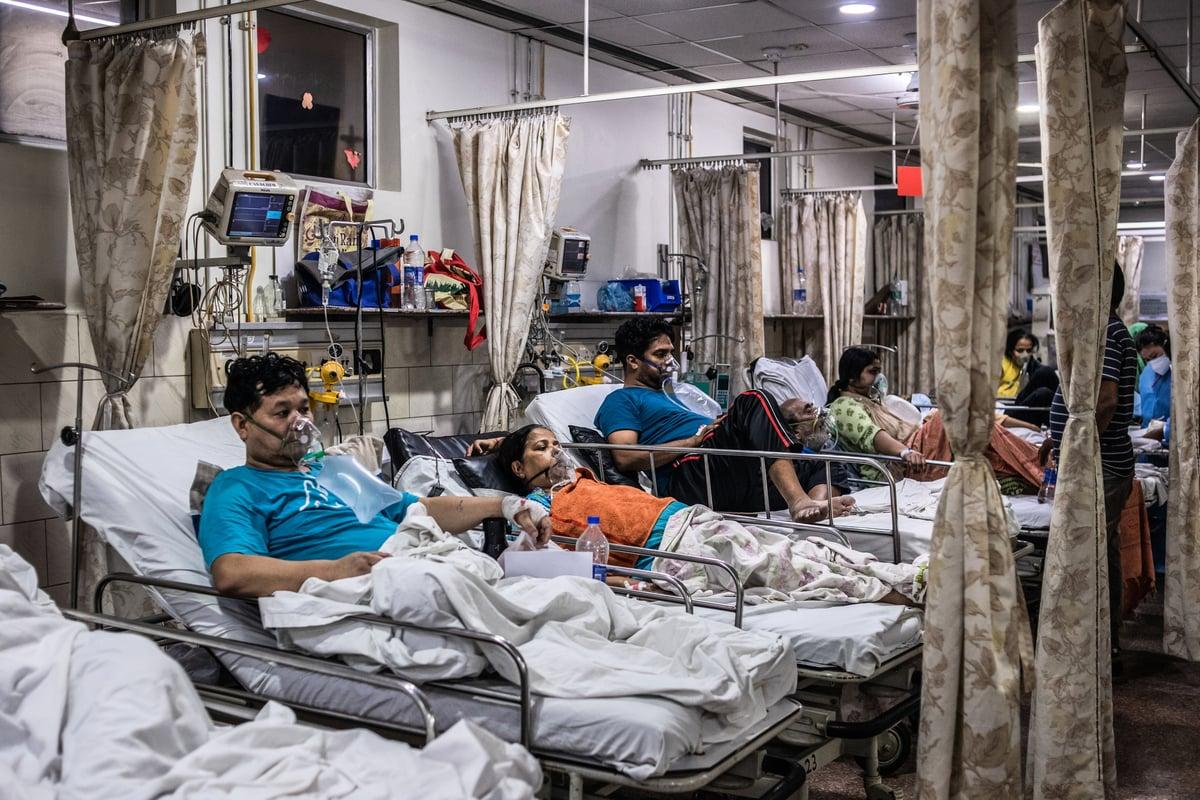 2021年5月3日,印度新德里醫院中共病毒(武漢肺炎)急症室內的染疫患者正在吸氧。 (Rebecca Conway/Getty Images)