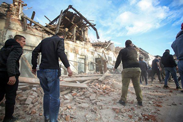 2020年12月29日,克羅地亞彼得里尼亞(Petrinja),該鎮遭受6.4級地震襲擊後,民眾忙著進行清理工作。(DAMIR SENCAR/AFP via Getty Images)