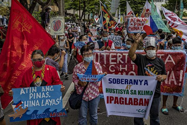 2021年6月12日,菲律賓馬尼拉都會區馬卡蒂(Makati)市,中共駐菲律賓大使館外許多菲律賓民眾遊行抗議中共侵犯菲律賓海域。(Ezra Acayan/Getty Images)