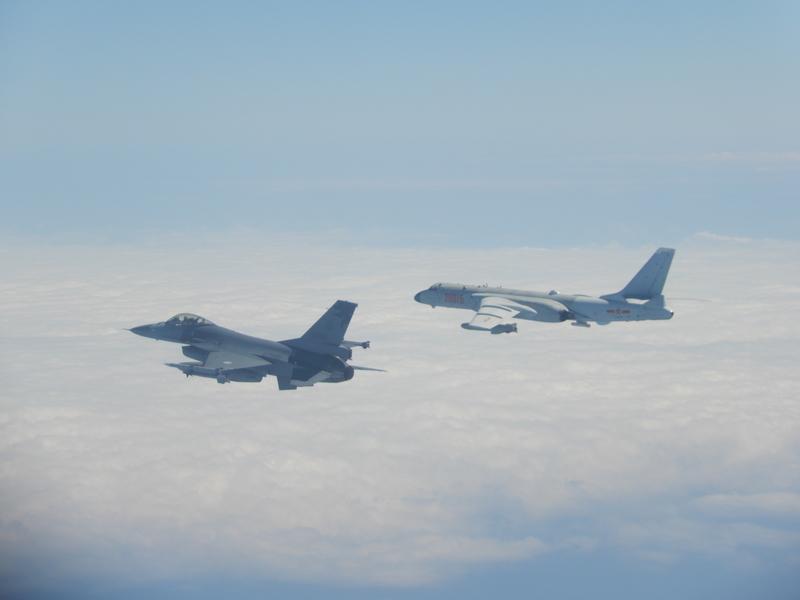 圖為2020年2月9日中共軍機越過台海中線,國軍F-16戰機(左)則緊急起飛監控伴飛。(國防部提供)