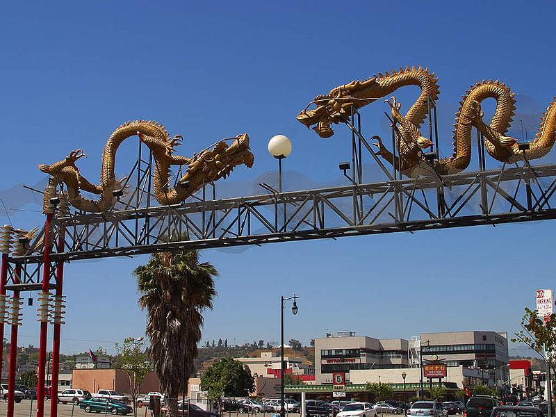 圖為洛杉磯唐人街入口。(維基百科)