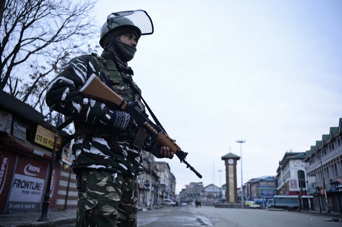 印度在2月26日派出戰機空襲巴基斯坦控制克什米爾地區的恐怖組織營地,隨後兩國互相砲擊,導致多人死傷。圖為2019年1月16日,印度控制克什米爾地區的街道與一名士兵。(TAUSEEF MUSTAFA/AFP/Getty Images)