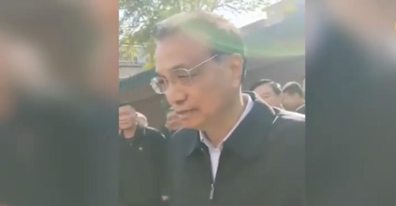 2020年11月3日,中共總理李克強到河南安陽瓦店鄉東路村考察,疑為「臨時演員」的「當地農民」,聲稱一畝地淨收入1500元,被指不可信。(影片截圖)
