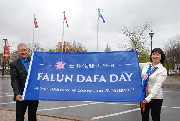 5月7日,越南裔法輪功學員Helen Thieu 和先生表示,法輪大法日旗能首度在尼亞加拉瀑布升起,我們作為當地居民非常自豪,也非常激動;同時也感謝當地政府對法輪大法的支持。(伊鈴/大紀元)
