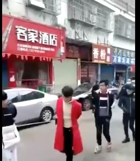 中共為了防疫,開始文革式的防疫,將不戴口罩的人拉上街,遊街示眾。(影片截圖)
