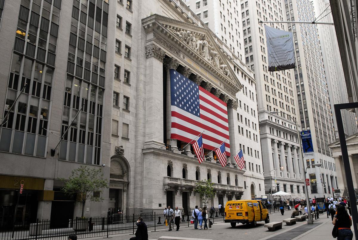 《華盛頓郵報》專欄作家羅金撰文說,NBA事件讓美國人看到,中共正對所有美國人施加財務影響力,迫使他們在金錢與價值觀之間做出選擇。圖為位於華爾街的紐約證券交易所外部一景。(戴兵/大紀元)