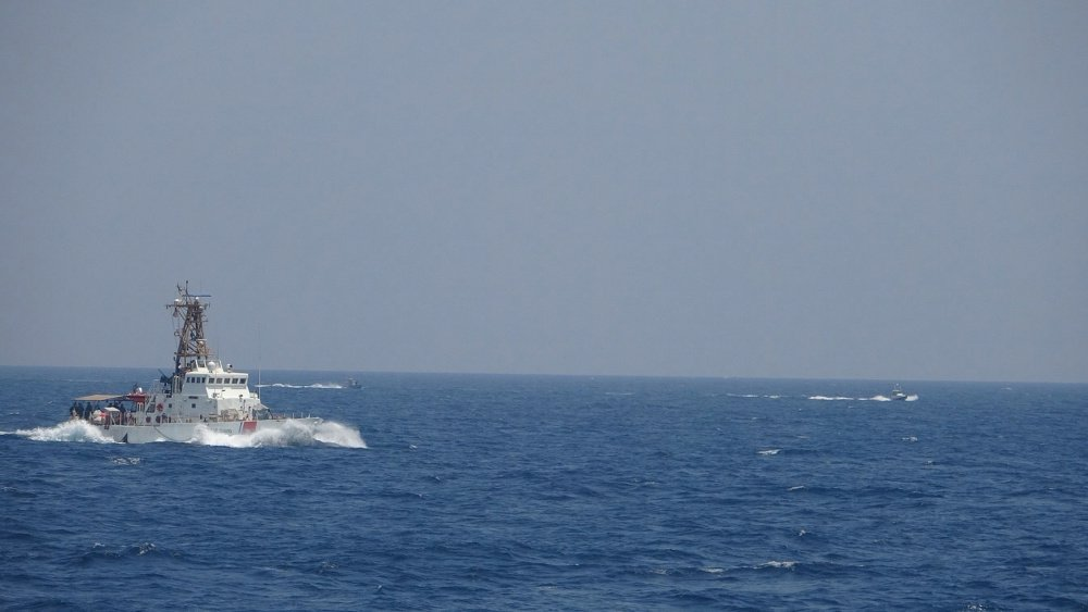 伊朗13艘快艇高速逼近 美艦兩度開火示警