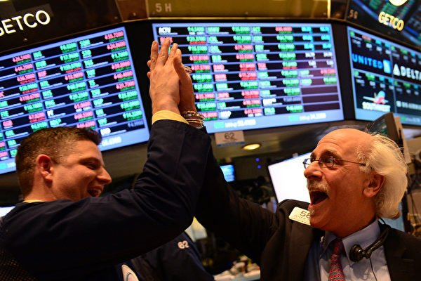 2020年7月2日,美股以紅盤報收,納斯達克綜合指數飆升至新的收盤紀錄。圖為紐約交易所營業員高聲歡呼。(EMMANUEL DUNAND/AFP)