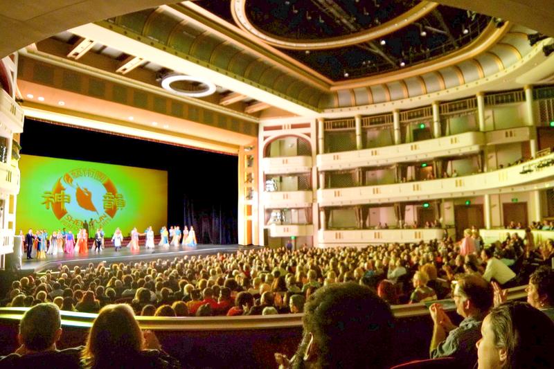2020年2月15日,神韻國際藝術團在佛羅里達州聖彼得堡馬哈菲劇院(Mahaffey Theater)進行了兩場演出。兩場演出票房全部爆滿。圖為2月15日晚神韻在當地的第三場演出。(新唐人電視台)