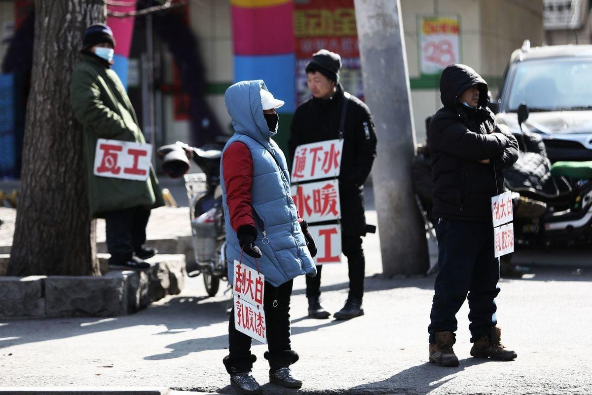2021年2月25日,遼寧省瀋陽市街頭正在找活的民工。(STR/AFP via Getty Images)